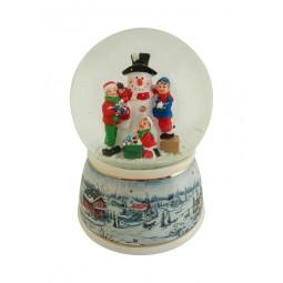 Bola de nieve con muñeco de nieve y niños