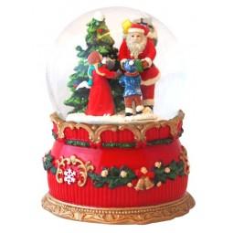 Bola de nieve con Papa Noel y chicos en el bosque