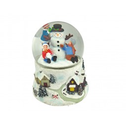 Bola de nieve con chicos y muñeco de nieve
